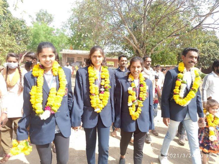 WOW ! निम्बाहेड़ा के इस गांव की बेटी ने किया देशभर में नाम रोशन, नेपाल में आयोजित दौड़ प्रतियोगिता में सिल्वर मैडल पर किया कब्ज़ा, ग्रामीणों ने आतिशबाजी और ढोल-ढमाको से किया भव्य स्वागत