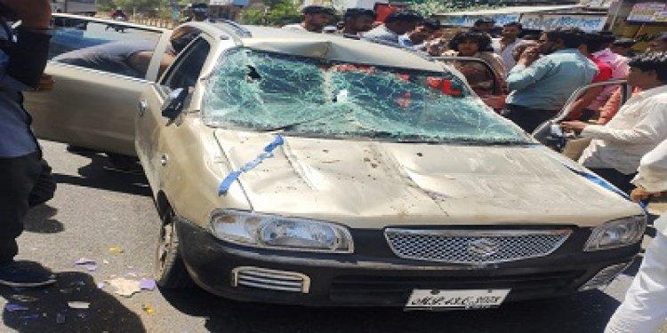 OMG ! मल्हारगढ़ और सुठोद के बीच खड़ी बस में घूसी कार, यू टल गया बड़ा हादसा, पढ़े खबर